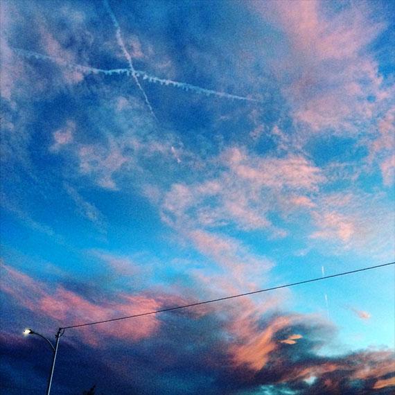 las_vegas_skies_crossed_contrails_570