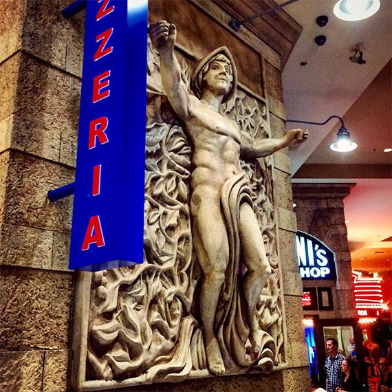 ny_ny_pizzeria_statue_570