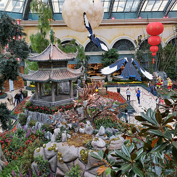 This image has an empty alt attribute; its file name is sdouglas_tbt_lunar_bellagio_display_570.jpg